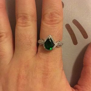 Gorgeous imitation emerald ring
